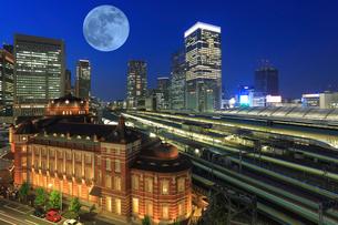東京駅丸の内駅舎とビル群とホーム 満月の写真素材 [FYI03944938]