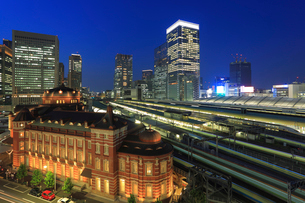 東京駅丸の内駅舎とビル群とホームの写真素材 [FYI03944939]
