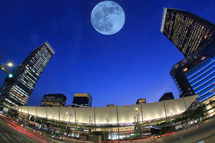 東京駅八重洲口グランルーフ 満月の写真素材 [FYI03944940]
