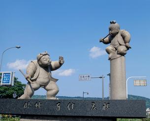 牛若丸と弁慶の像の写真素材 [FYI03944999]