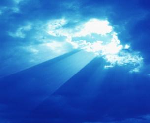 雲間からの太陽光線の写真素材 [FYI03945120]