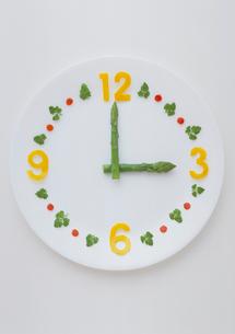野菜による時計のイメージの写真素材 [FYI03945192]