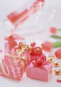 プレゼントとロゼワインの写真素材 [FYI03945231]