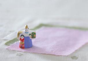 和紙と人形の写真素材 [FYI03945234]