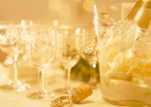 ワイングラスと白ワインの写真素材 [FYI03945256]