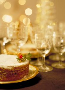クリスマスケーキとグラスの写真素材 [FYI03945276]