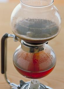 サイフォン式でいれるコーヒーの写真素材 [FYI03945318]