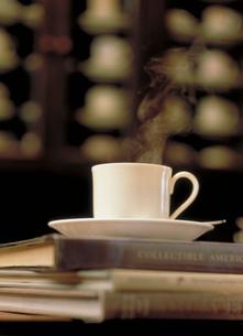本の上のコーヒーの写真素材 [FYI03945323]