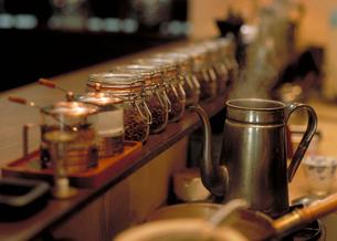 コーヒーポットとコーヒー豆のビンの写真素材 [FYI03945325]