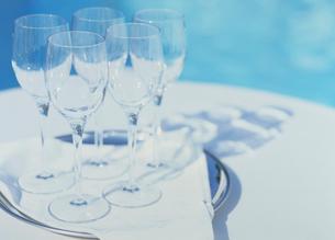 白いテーブル上のグラスの写真素材 [FYI03945332]