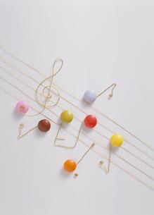 お菓子の五線譜と音符の写真素材 [FYI03945342]
