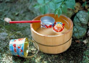 木桶と子供のおもちゃの写真素材 [FYI03945355]