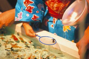 金魚すくいの写真素材 [FYI03945371]