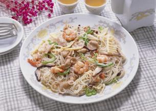 中華料理 焼きビーフンの写真素材 [FYI03945942]