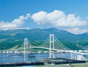 白鳥大橋と咸臨丸の写真素材 [FYI03947618]