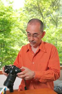 カメラとシニア男性の写真素材 [FYI03947870]