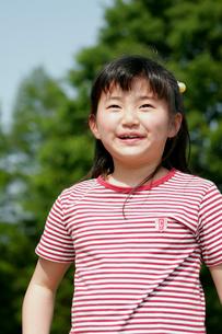 公園の小学生女の子の写真素材 [FYI03947871]