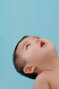 見上げる赤ちゃんの写真素材 [FYI03947879]