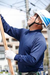 木材を運ぶ職人の写真素材 [FYI03947896]