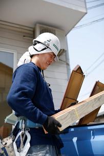 木材を運ぶ職人の写真素材 [FYI03947898]