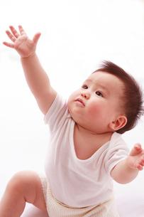 見上げる赤ちゃんの写真素材 [FYI03947913]