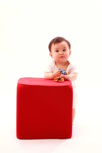 赤い物体と赤ちゃんの写真素材 [FYI03947915]