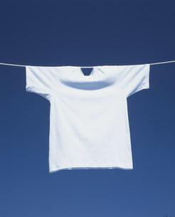 干されたTシャツと青空の写真素材 [FYI03947938]