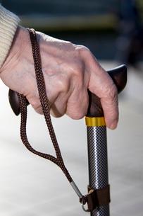杖をつく老人の手元の写真素材 [FYI03947954]