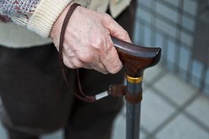 杖をつく老人の手元の写真素材 [FYI03947957]