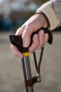 杖をつく老人の手元の写真素材 [FYI03947958]