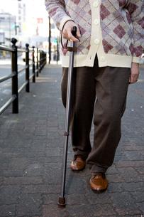 杖をつく老人の写真素材 [FYI03947959]