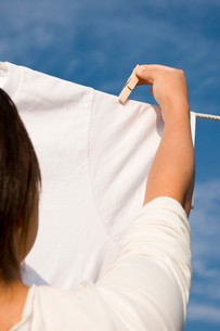 洗濯を干す女性の写真素材 [FYI03947968]