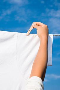 洗濯を干す手元の写真素材 [FYI03947969]