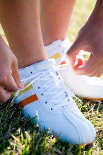 靴紐を結ぶ手元の写真素材 [FYI03947971]