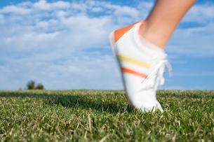芝生を駆ける足元の写真素材 [FYI03947973]