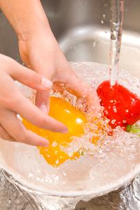 パプリカを洗う手元の写真素材 [FYI03947978]