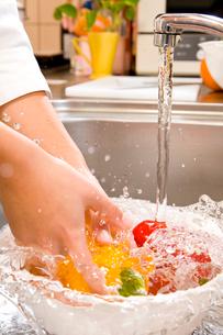 パプリカを洗う手元の写真素材 [FYI03947980]