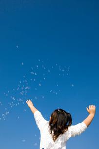 シャボン玉に手を伸ばす女の子の写真素材 [FYI03947993]