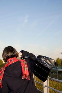 鞄を肩にかける通学中の女子学生の写真素材 [FYI03947996]