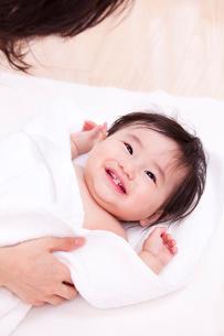 タオルで赤ちゃんの体を拭く母親の写真素材 [FYI03948156]
