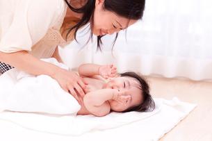 赤ちゃんの体を拭く母親の写真素材 [FYI03948158]
