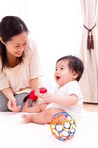 おもちゃで遊ぶ赤ちゃんと母親の写真素材 [FYI03948169]