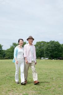 公園を散歩するシニア夫婦の写真素材 [FYI03948177]
