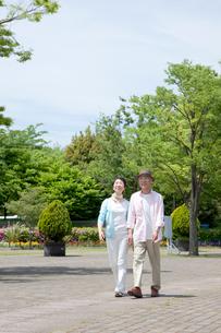 公園を散歩するシニア夫婦の写真素材 [FYI03948178]