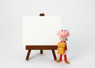 イーゼルのホワイトボードと引っ越し業者の写真素材 [FYI03948238]