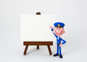 イーゼルのホワイトボードとおまわりさんの写真素材 [FYI03948242]