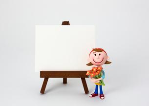 イーゼルのホワイトボードと花屋さんの写真素材 [FYI03948243]