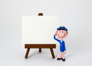 イーゼルのホワイトボードと婦警の写真素材 [FYI03948244]