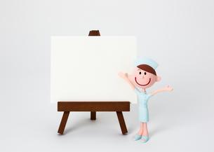 イーゼルのホワイトボードと看護師さんの写真素材 [FYI03948246]