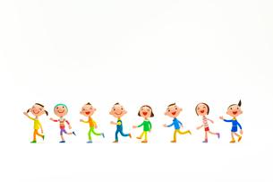 左に向かって走って行く子どもたちの写真素材 [FYI03948298]